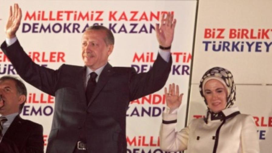 Турският премиер Реджеп Тайип Ердоган и съпругата му след обявяването на изборната победа на ПРС