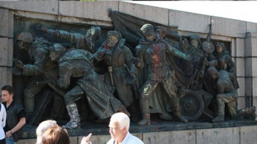 Паметникът  на Съветската армия е почистен преди изгрев слънце