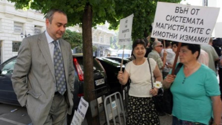 Граждани с протестни плакати посрещнаха днес членовете на ВСС