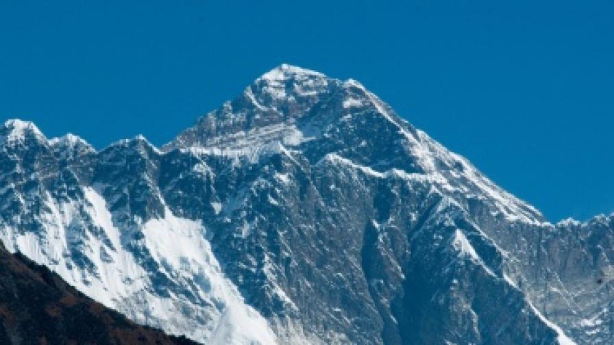 Мерят отново Еверест