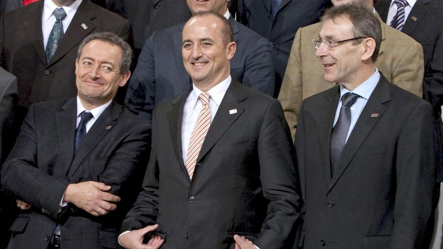 Испанците не могат да решат да носят ли вратовръзки