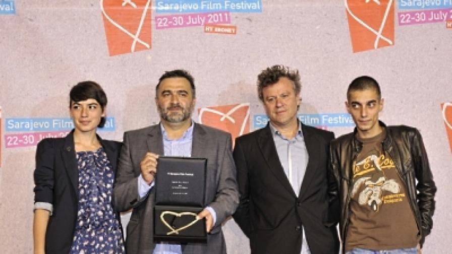 Режисьорът Константин Божанов (вторият отляво) получи наградата в присъствието на актьорите Ованес Торосян, Анджела Николова и продуцента Димитър Гочев