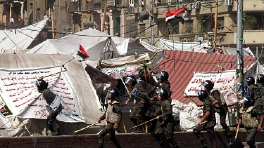 """Египетската армия разпръсна със сила седяща стачка на площад """"Тахрир"""" в Кайро"""
