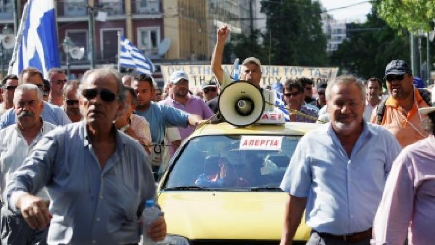 Стачкуващи таксита возят безплатно в Гърция