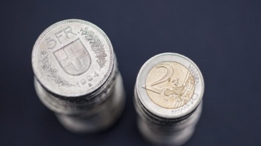 """""""Ню Йорк таймс"""": Готви се обвързване на швейцарския франк с еврото"""