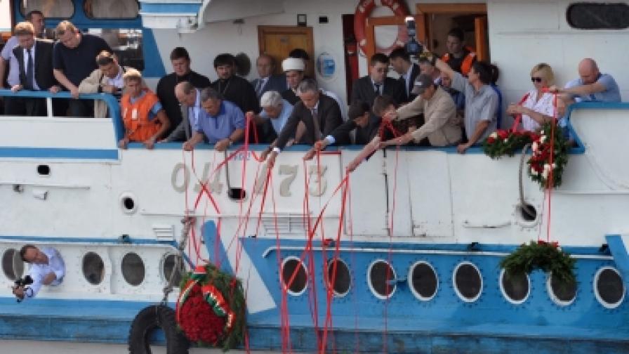 """Траурна церемония в памет на жертвите от кораба """"България"""". От 202 пътници оцеляха 79."""
