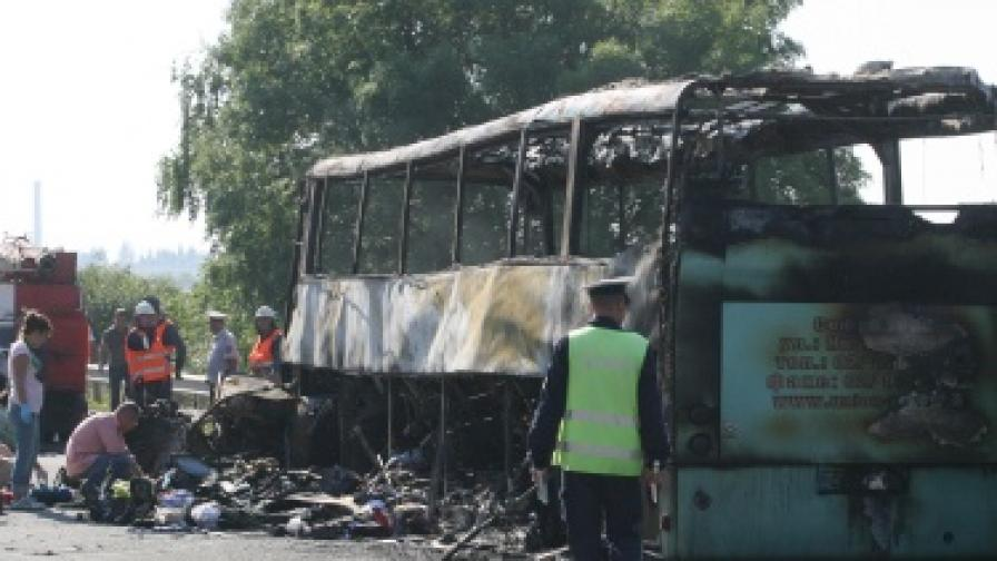 Самоубиец катастрофира челно в автобус