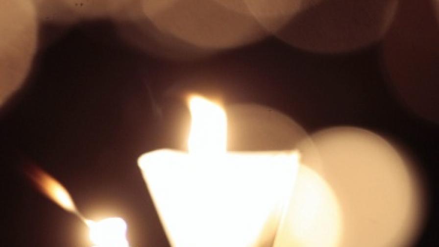 Откриха милиони диамантени частици в пламъка на свещта
