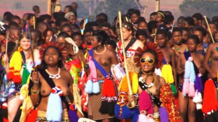 Девиците танцуват полуоблечени в колоритни одежди за своя крал