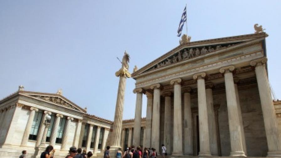 Все повече икономисти смятат, че обявяването на неплатежоспособност е единствения изход на кризата в Гърция