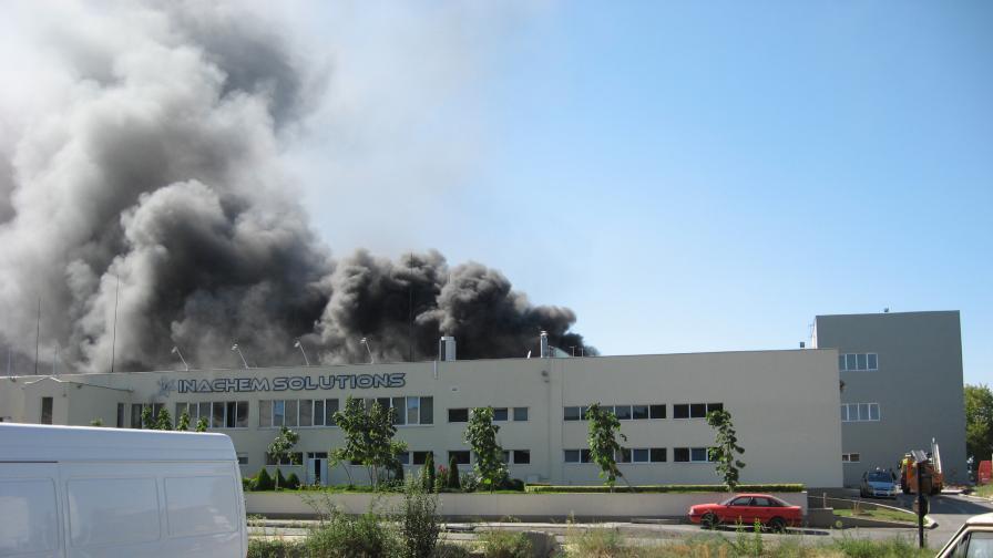 Угасиха пожар в цех с взривоопасни химикали