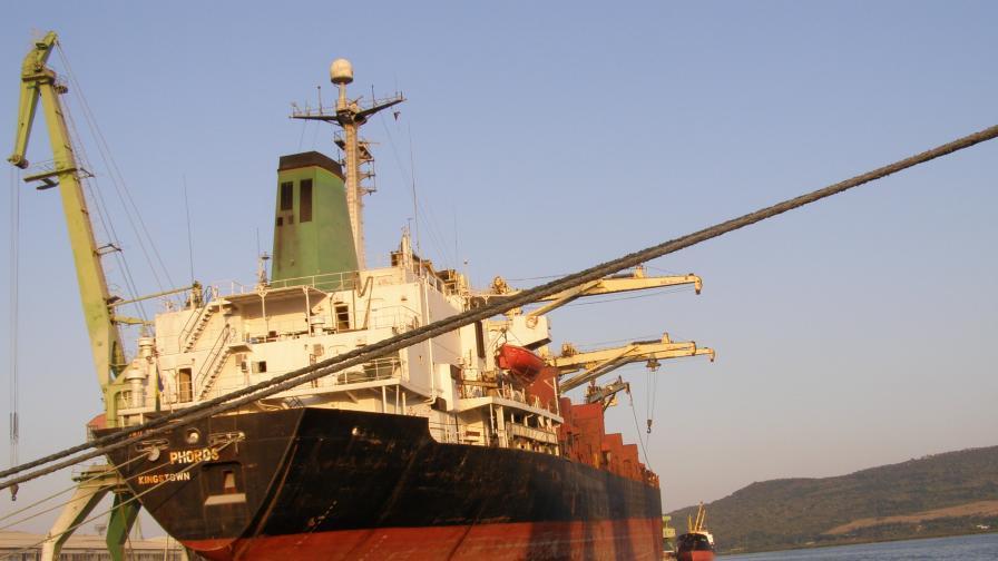 Хванаха кораб, зареждан с гориво за отопление
