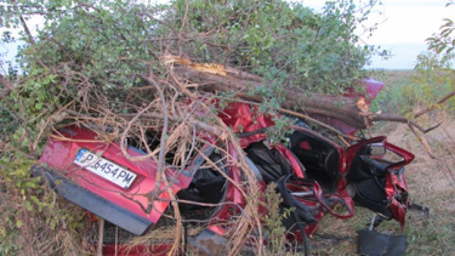 Автомобил с шестима младежи се размаза край Русе