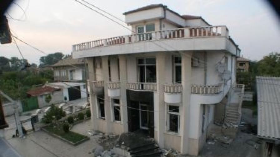 Една от опожарените през септември къщи на фамилията Ращкови в село Катуница