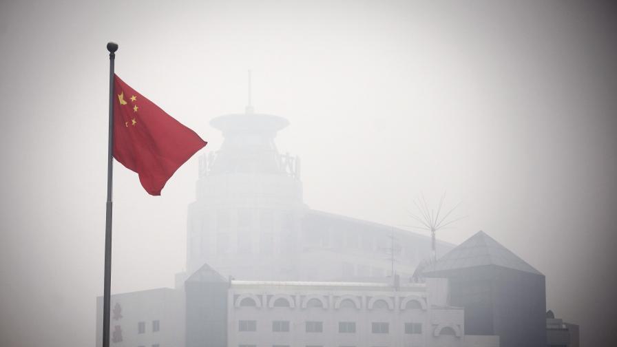 """""""Опасно"""" замърсяване блокира полети и магистрали в Пекин"""