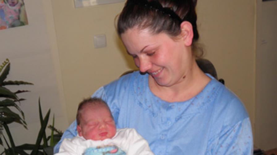 Малката Василена Самарова, родена една минута след настъпването на Новата година, си почива в обятията на майка й