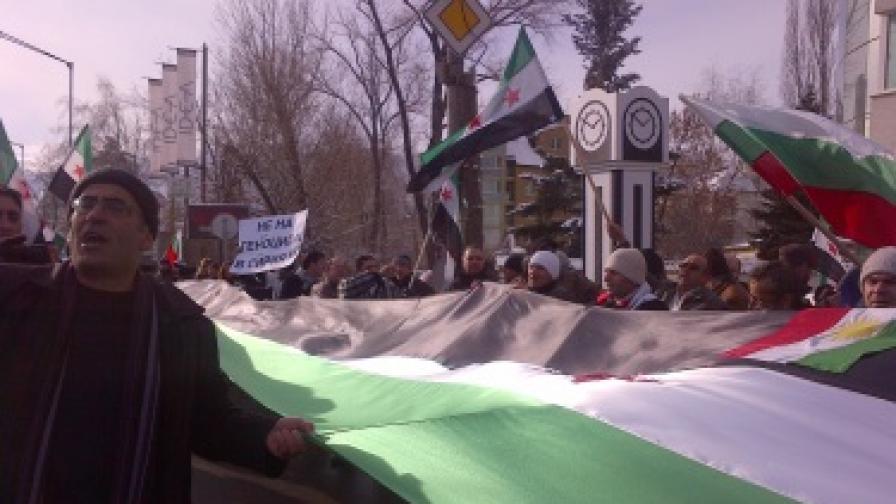 Повече от 200 сирийци протестираха пред посолството на Сирия в София