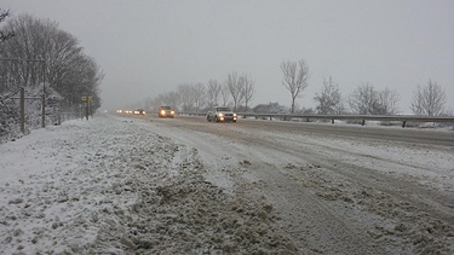 """В събота сутринта имаше обилен снеговалеж и пътната настилка на АМ """"Тракия"""" беше заснежена"""