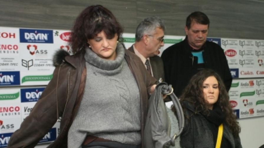 Малина, Ралица и Петър (с черното яке) Начкови искат оставката на вътрешния министър Цветанов