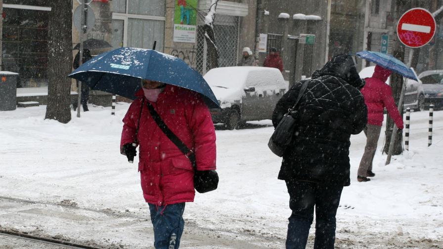 Бедстващи общини заради дъжд, сняг и свлачища
