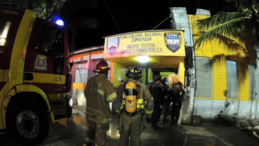 Близо 360 души загинаха при пожар в затвор в Хондурас