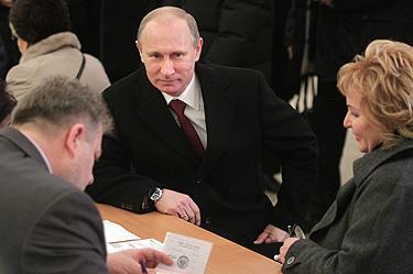 Путин гласува със съпругата си Людмила