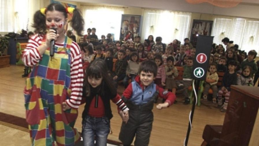 Бензиностанции ЕКО започнаха серия от образователни спектакли по пътна безопасност в детските градини