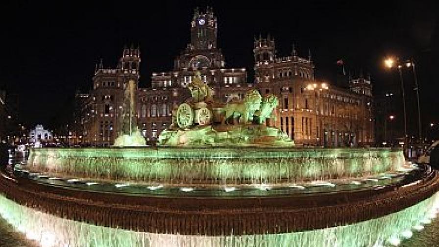 Фонтанът Сибелес в Мадрид е осветен в зелено в чест на Св. Патрик
