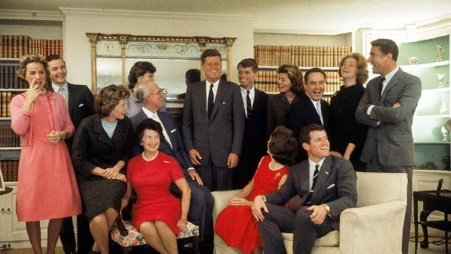 Щастливото семейство в нощта след като Джон Ф. Кенеди печели президентските избори