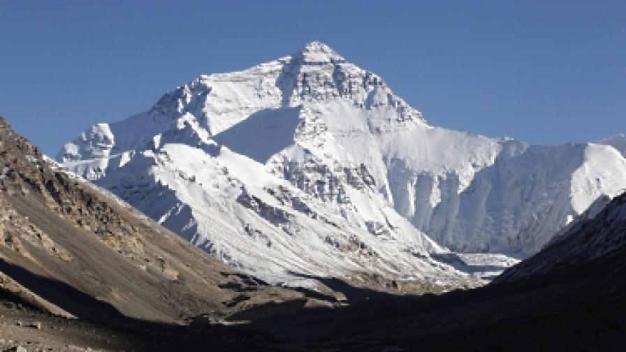 Трима алпинисти загинаха на слизане от Еверест