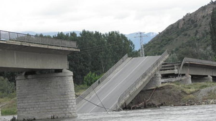 Срути се мост над р. Струма, кола падна във водата