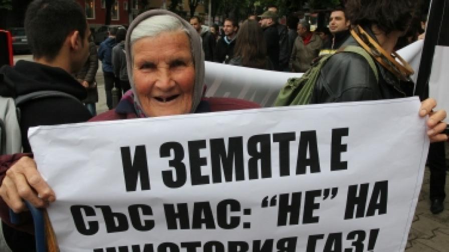 Участничка в периодично организираните в България протести срещу проучванията за добив на шистов газ