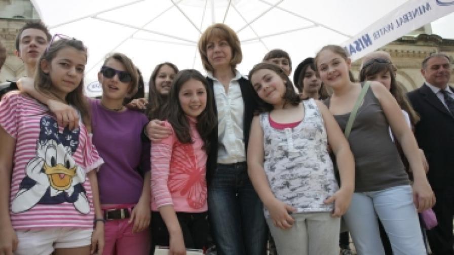Йорданка Фандъкова с деца, участващи на 1 юни в празник по безопасност на движението