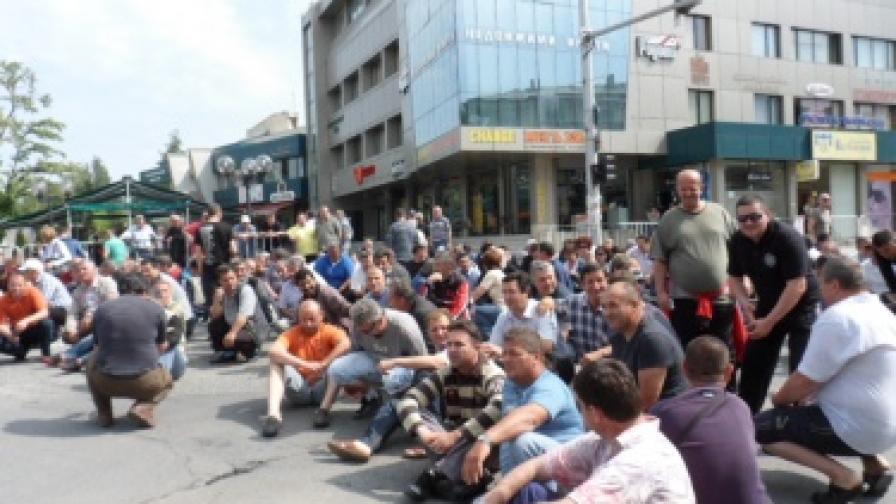 Металурзите от Оловно-цинковия комбинат (ОЦК) блокираха на 9 май най-натовареното кръстовище в центъра на Кърджали