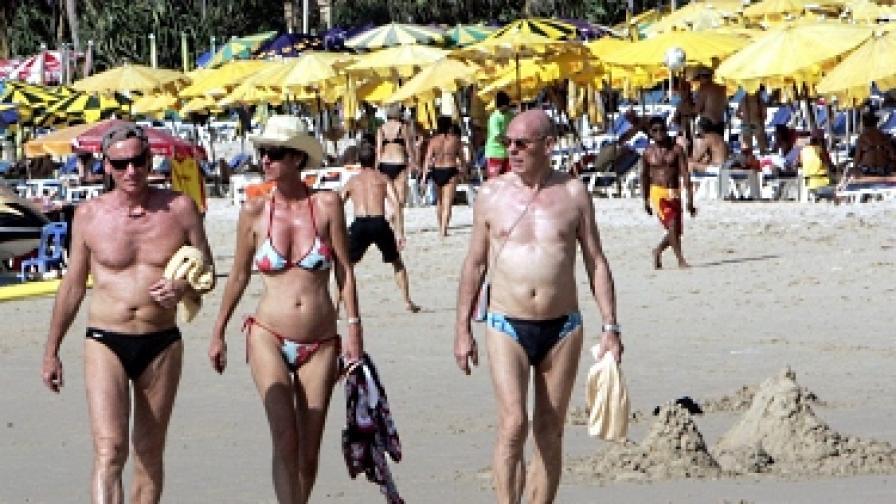 Полицаи по бански пазят туристите по морето