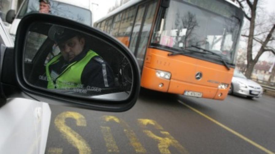 Роми потрошиха автобус в София
