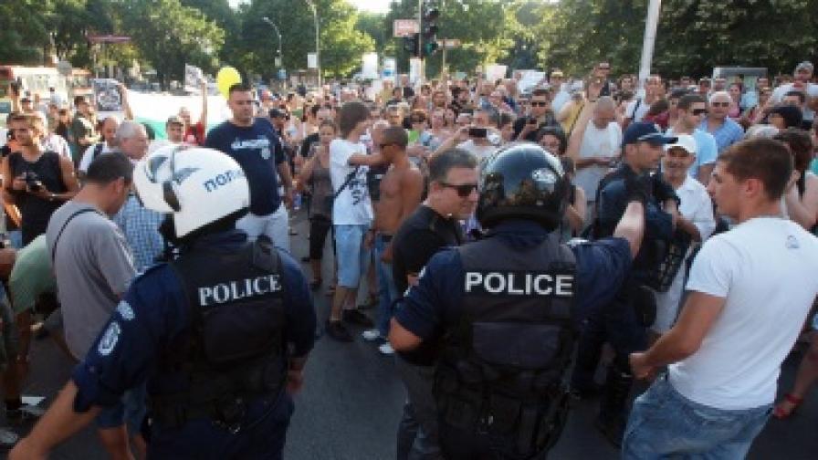 Над 1000 души блокираха кръстовището пред Община - Варна