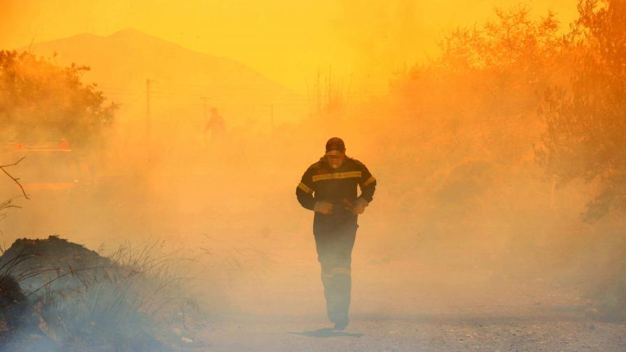 Горски пожари и земетресение в Гърция