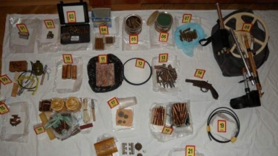 Боен арсенал и старинни монети в дома на мъж от Крумовград
