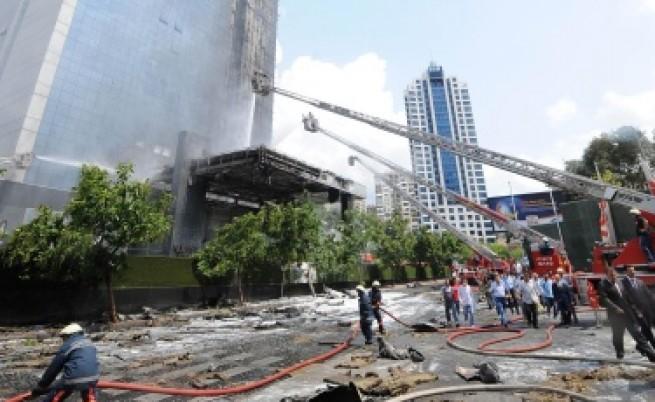 Пожар горя в небостъргач в Истанбул