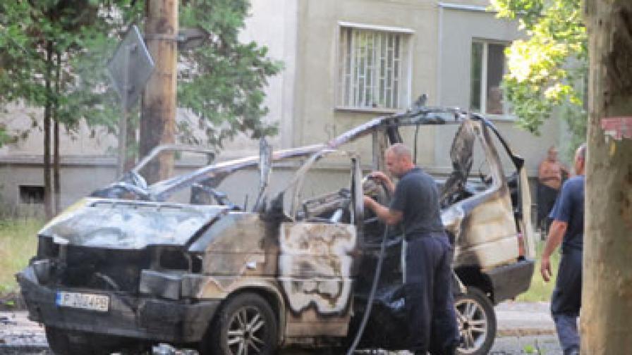 Микробус се взриви в Русе, пожарникар пострада