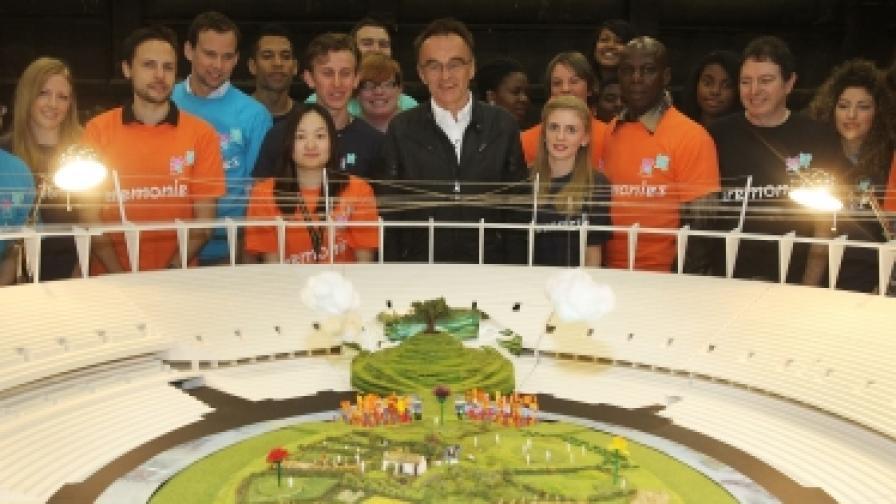 Дани Бойл (в центъра) с част от екипа си при представянето на макет на сцена от церемонията (снимка от 12 юни 2012 г.)