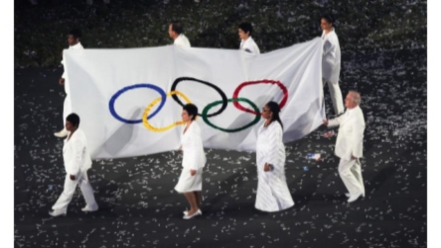Кои достойни хора носеха Олимпийското знаме?