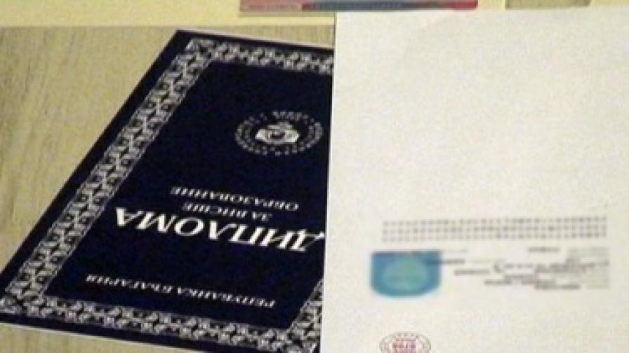 Образователният министър заминава за Турция заради проблема с дипломите