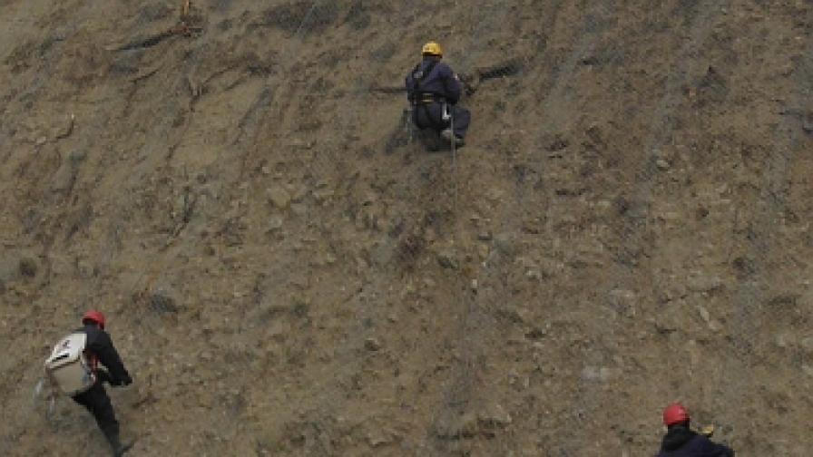 Алпинисти чистят камъни над път Е-79