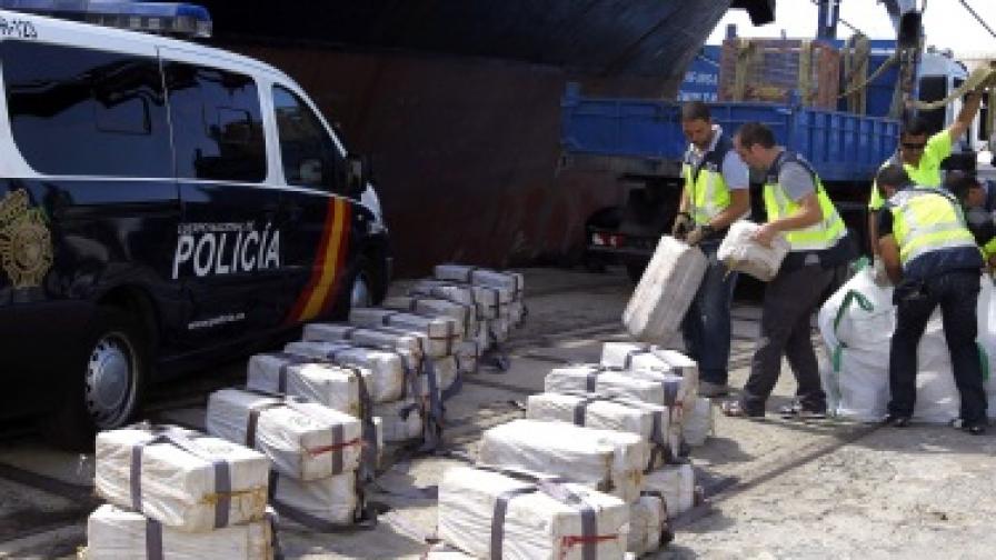 Полицията разтоварва дрогата след ареста на кораба