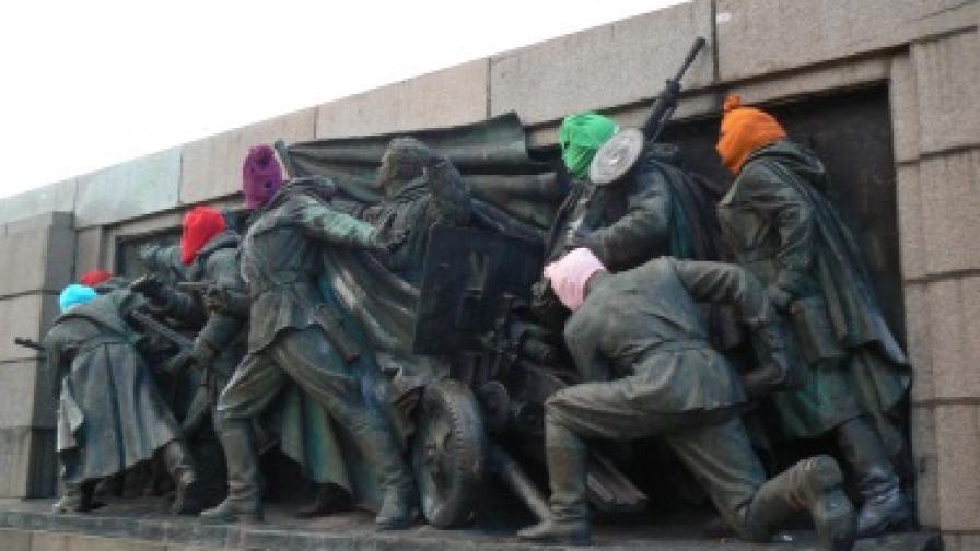 Паметникът на армията осъмна с качулки