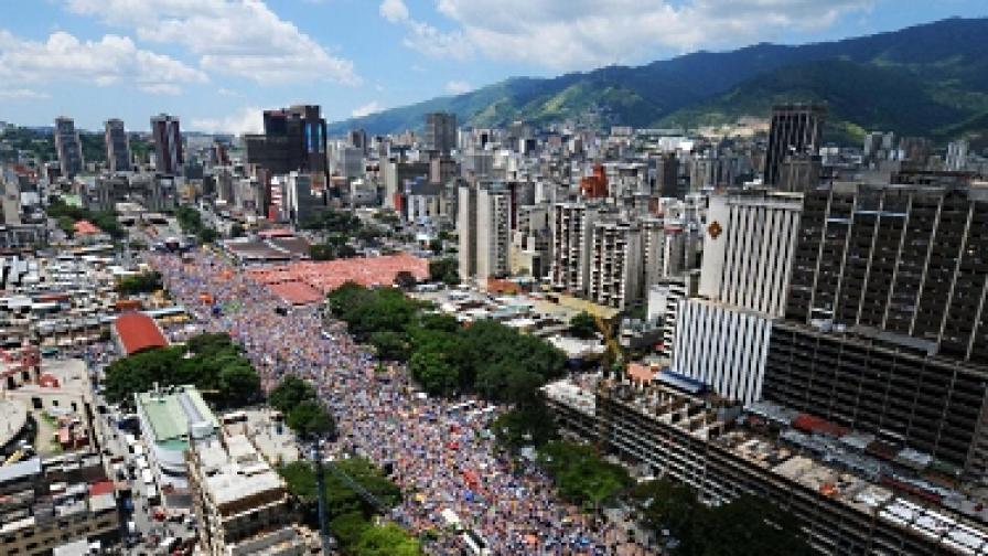 30 септември. Хиляди поддръжници на Каприлес се събраха в центъра на Каракас, за да подкрепят своя кандидат