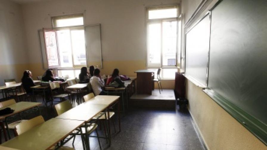 Заплатите на учителите падат в цяла Европа