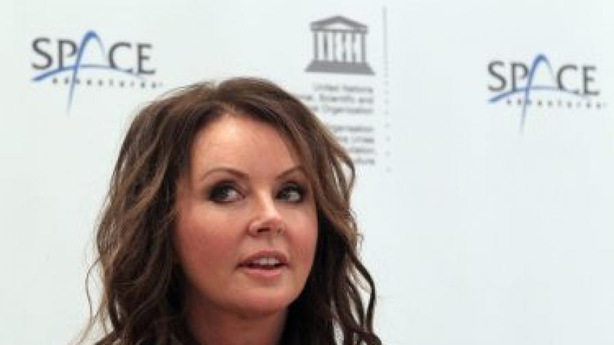 Сара Брайтман, която е и посланик на ЮНЕСКО за мир, съобщава, че ще полети през април 2015 г.